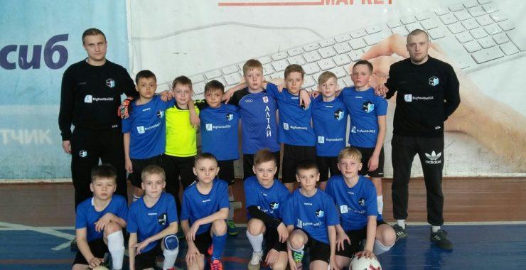 Воспитанники Барнаульской Федерации Большого футбола и их тренера празднуют — свою первую международную победу!